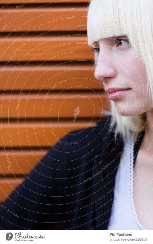 Straight Cut Mensch Jugendliche schön ruhig Gesicht feminin Leben Wand Holz Erwachsene Haare & Frisuren Stil Denken Zufriedenheit blond Haut