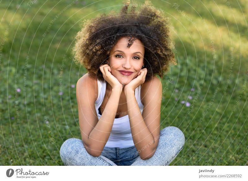 Gemischte Frau mit Afro-Frisur lächelnd im Stadtpark Lifestyle Stil Glück schön Haare & Frisuren Gesicht Sommer Mensch feminin Junge Frau Jugendliche Erwachsene