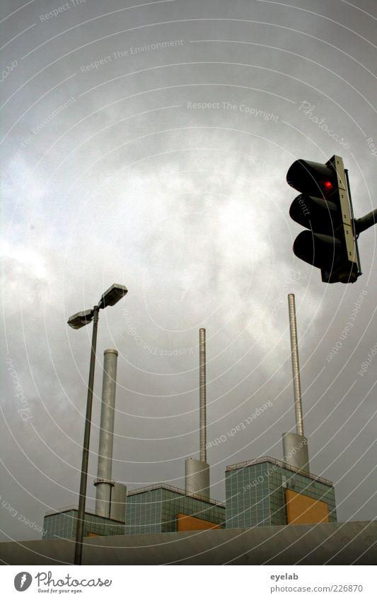 Industrielles Dingsbums hinter Beleuchtungshilfen Himmel rot Wolken Straße Wand Architektur Gebäude Mauer Wetter glänzend Fassade groß Energiewirtschaft Brücke Zukunft trist