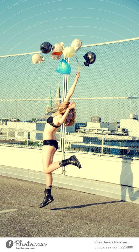 . Mensch Jugendliche Stadt Haus Erwachsene feminin springen Beine blond elegant fliegen Beton verrückt Lifestyle Coolness 18-30 Jahre