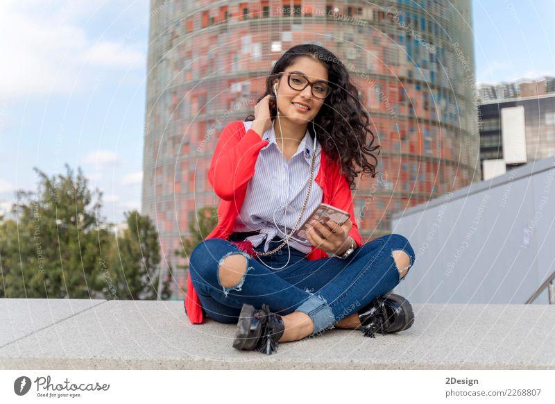 Eine hörende Musik der jungen Frau auf digitaler Tablette Freude Freiheit Sonne Entertainment Telefon MP3-Player Technik & Technologie Erwachsene Jugendliche