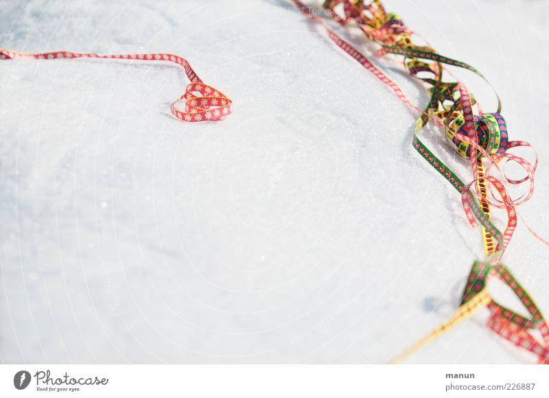 Feierlaune Veranstaltung ausgehen Feste & Feiern Karneval Luftschlangen Papiermüll Eis Frost Schnee Dekoration & Verzierung Zeichen frieren Fröhlichkeit