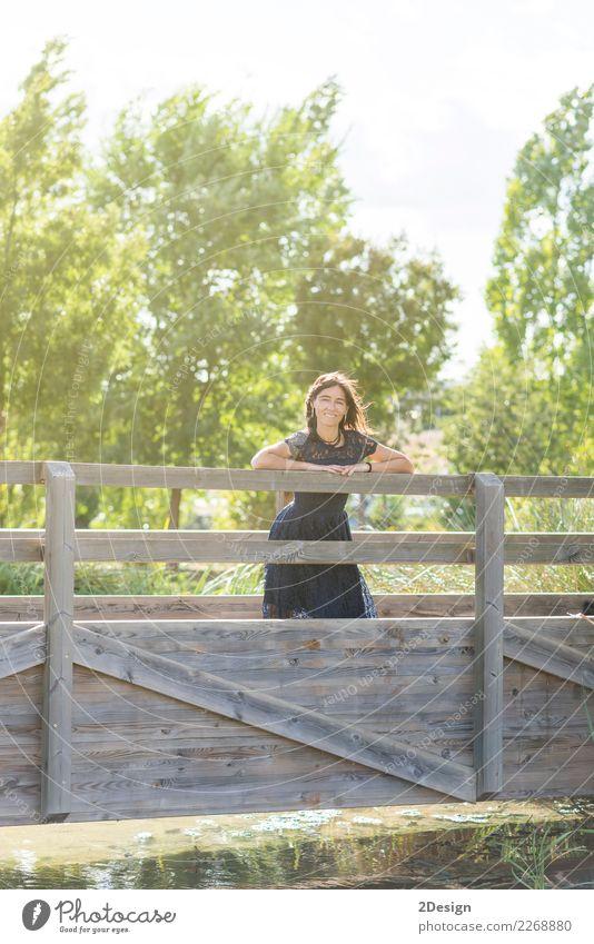 Portrait einer sinnlichen Frau auf einer hölzernen Brücke Lifestyle elegant Stil schön Ferien & Urlaub & Reisen Sommer Mensch Erwachsene Natur Himmel Fluss Mode