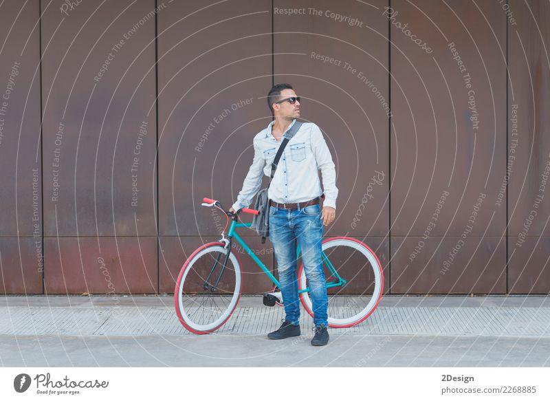 Stilvoller städtischer Geschäftsmann, der auf der Straße mit Fahrrad steht Lifestyle elegant Erholung Sport Business Mann Erwachsene Jugendliche Jugendkultur