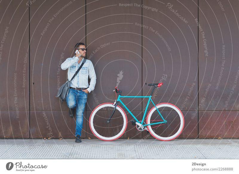 Stilvoller städtischer Geschäftsmann, der auf der Straße mit Fahrrad steht Lifestyle Ferien & Urlaub & Reisen Tourismus Handy Mann Erwachsene Jugendliche Mode