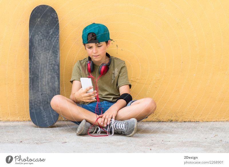 Portrait eines Jugendlichen, der auf dem Fußboden auf einer Straße sitzt Mensch Mann schön Hand Gesicht Erwachsene Leben Lifestyle Junge Freiheit