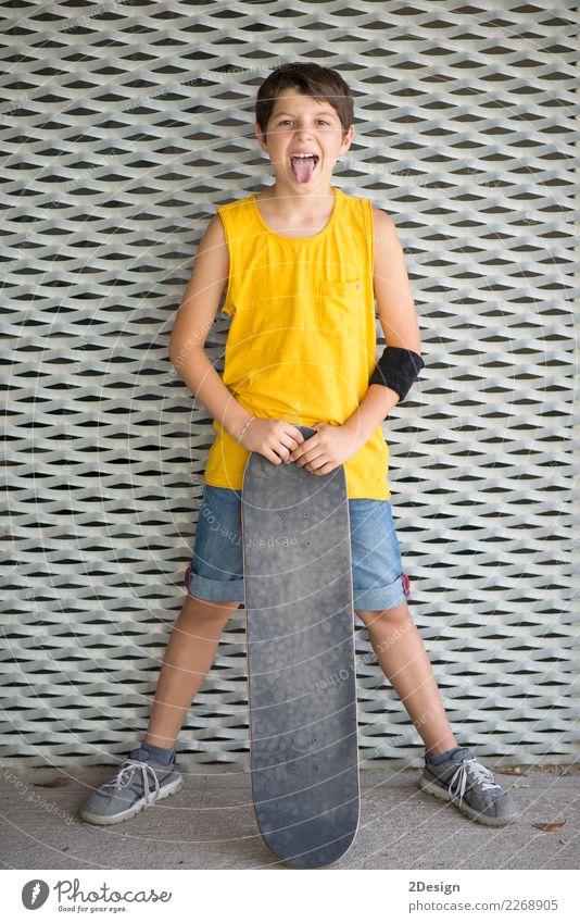 Nahaufnahme eines tragenden Skateboard und des Lächelns des Teenagers Lifestyle Stil Freude Glück Sport Schulkind Mensch Junge Mann Erwachsene Kindheit Straße