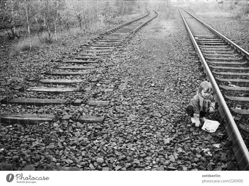 Gleisdreieck Ausflug Abenteuer Ferne Freiheit Kind 3-8 Jahre Kindheit Verkehrswege Schienenverkehr Schienennetz sitzen warten Traurigkeit Sorge Trauer Müdigkeit