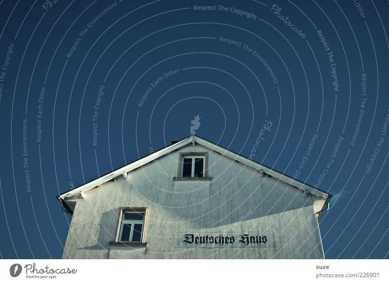 12 nach 10 Haus Himmel Wolkenloser Himmel Einfamilienhaus Architektur Fassade Fenster Dach Schriftzeichen blau Stimmung Typographie Deutschland Frakturschrift