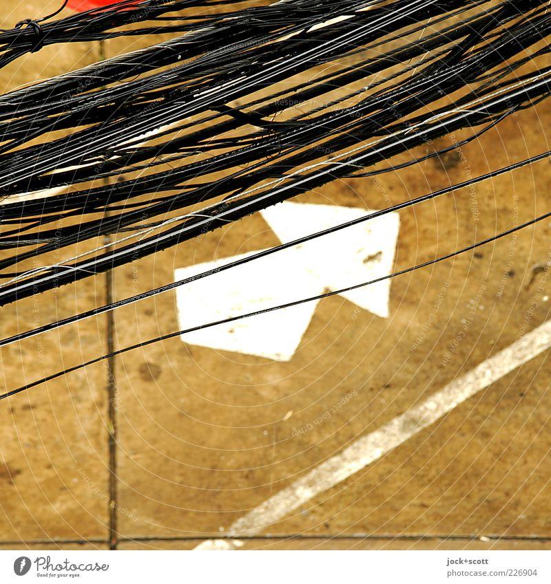 etwas verbindet etwas schwarz Straße Wege & Pfade Linie braun modern Schilder & Markierungen Verkehr Perspektive hoch Beton Platz Streifen Zeichen Schnur Kabel