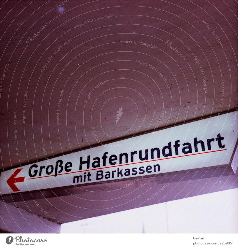 ...mit Barkassen oben grau Schilder & Markierungen Ausflug Beton Tourismus Schriftzeichen leuchten Hinweisschild Hafen Pfeil Sightseeing Angebot Hafenstadt Ferien & Urlaub & Reisen Bootsfahrt