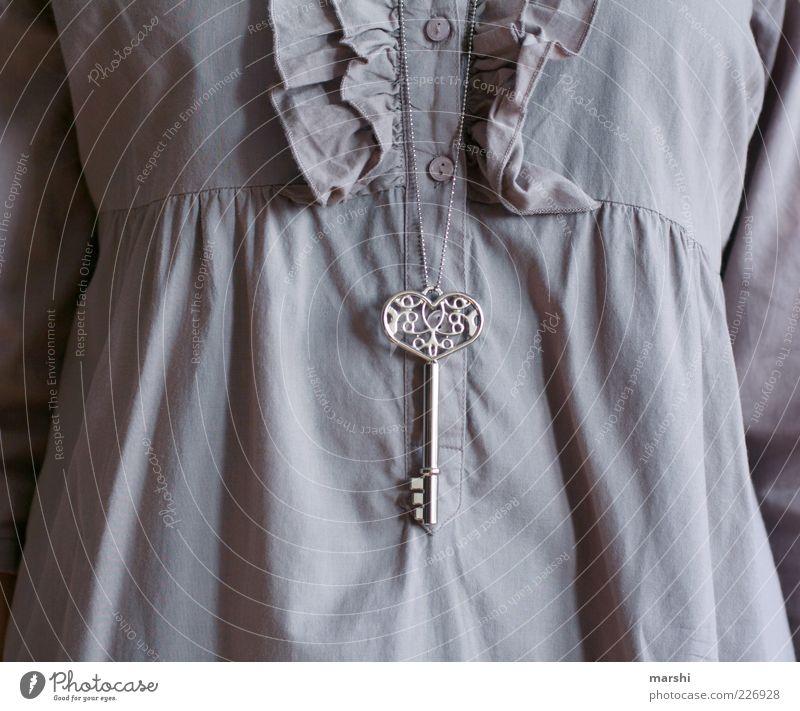 the key to my heart Mensch alt feminin Stil Metall Mode Bekleidung Symbole & Metaphern Hemd Schmuck Schlüssel Halskette Textilien Accessoire Faltenwurf Schnörkel