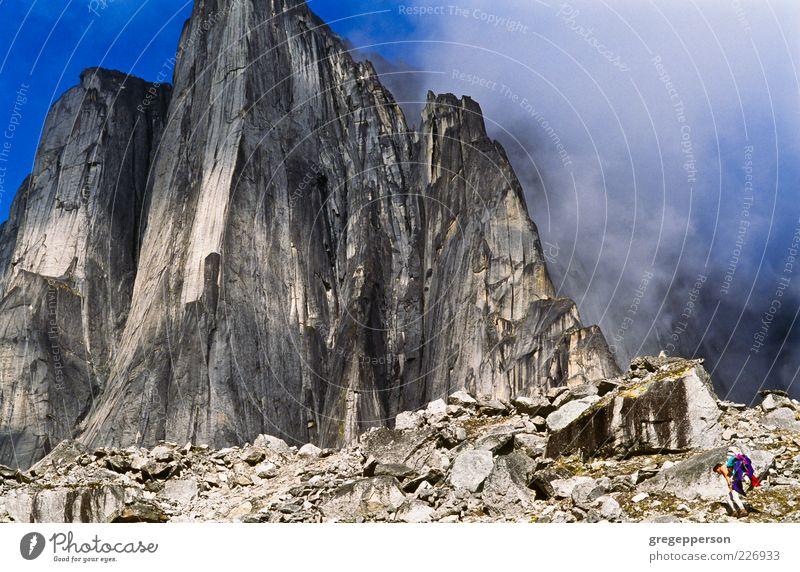Mensch Ferien & Urlaub & Reisen Landschaft Leben Berge u. Gebirge Freiheit Nebel laufen wandern Abenteuer Reisefotografie Klettern Gipfel Risiko vertikal
