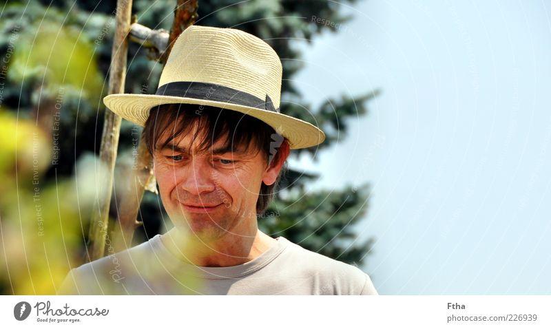 Unter Beobachtung Mensch maskulin Mann Erwachsene 1 30-45 Jahre Hut geduldig Strohhut Farbfoto Außenaufnahme Textfreiraum rechts Tag Porträt Blick nach unten