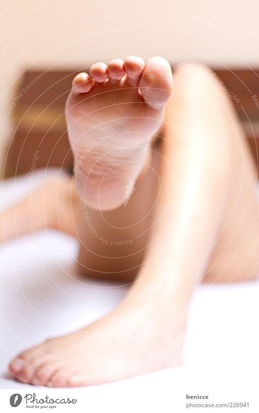fünf Frau Mensch liegen Bett Fuß Beine Erholung treten Zehen Ferse Unschärfe Fußsohle Barfuß Nackte Haut anonym