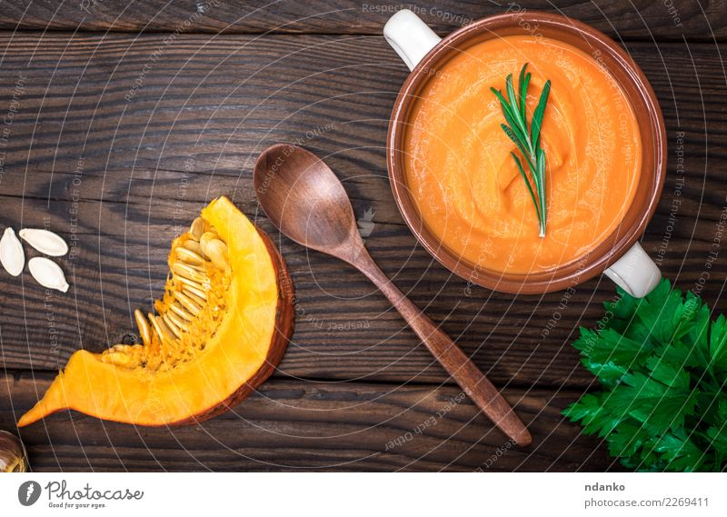 frische Kürbissuppe in einer keramischen Platte Gemüse Suppe Eintopf Kräuter & Gewürze Essen Mittagessen Abendessen Vegetarische Ernährung Schalen & Schüsseln