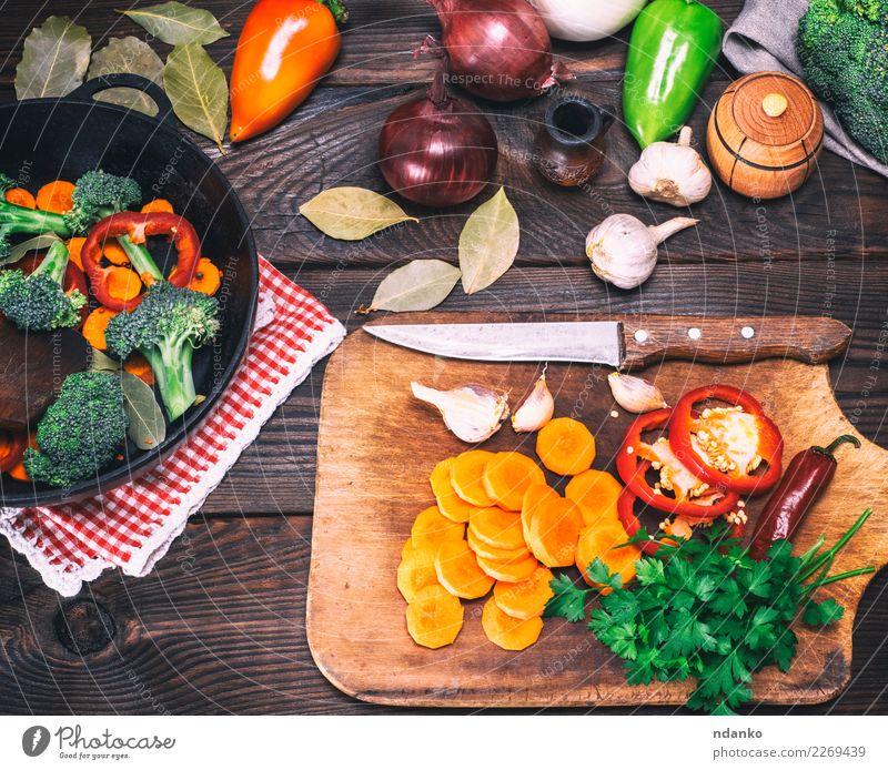 Stücke Brokkoli, Karotten und rote Paprika Gemüse Ernährung Essen Vegetarische Ernährung Diät Pfanne Gabel Tisch Küche Natur Pflanze Holz frisch natürlich braun