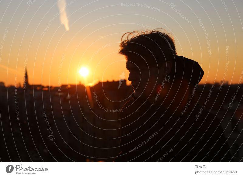 Rooftop Mensch maskulin Mann Erwachsene Kopf 1 18-30 Jahre Jugendliche Gefühle Stimmung Hoffnung Beginn Berlin Prenzlauer Berg Farbfoto Textfreiraum unten Abend