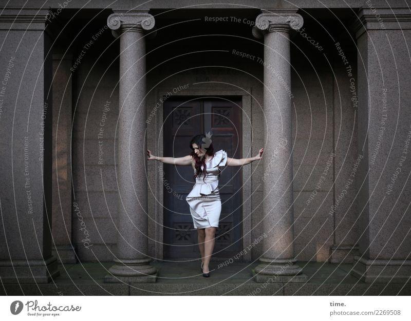 Nina feminin Frau Erwachsene 1 Mensch Bauwerk Gebäude Architektur Säule Marmor Kleid brünett langhaarig Locken Stein beobachten festhalten Blick stehen