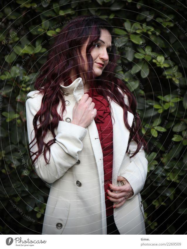 Nina feminin Frau Erwachsene 1 Mensch Park Pullover Mantel brünett langhaarig Locken beobachten festhalten Blick stehen dunkel schön Wärme Zufriedenheit