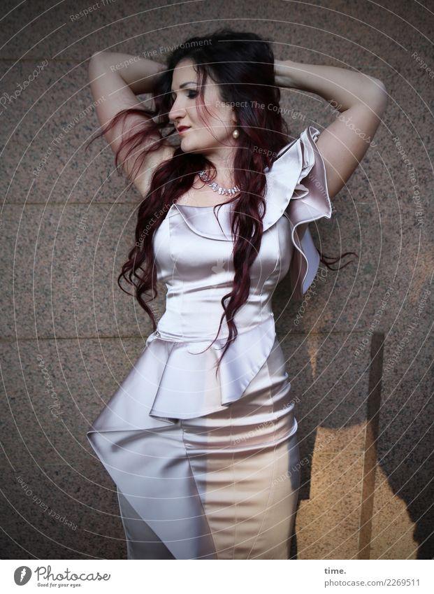 Nina feminin Frau Erwachsene 1 Mensch Mauer Wand Kleid brünett langhaarig Locken Denken festhalten stehen warten elegant schön selbstbewußt Coolness