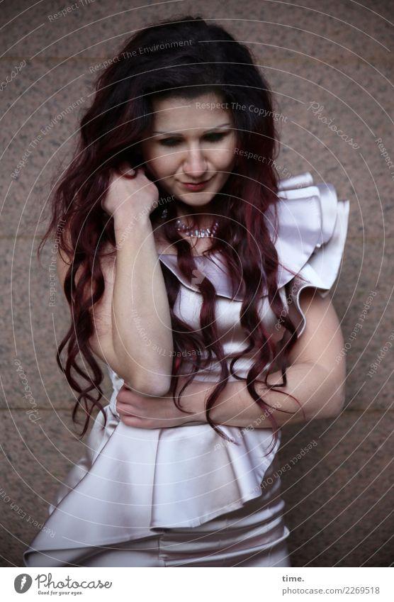 Nina feminin Frau Erwachsene 1 Mensch Mauer Wand Kleid Haare & Frisuren brünett langhaarig beobachten Denken festhalten Lächeln Blick warten ästhetisch elegant