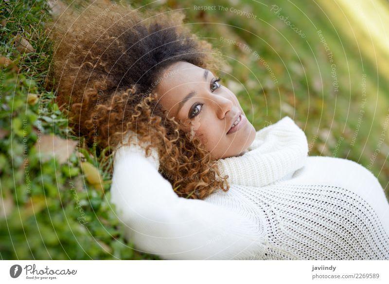 Frau Mensch Jugendliche Junge Frau schön grün weiß Freude 18-30 Jahre schwarz Gesicht Erwachsene Lifestyle Herbst feminin Mode