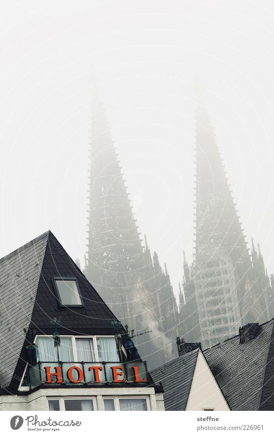 Alle Sehenswürdigkeiten Kölns auf einen Blick Winter Nebel Altstadt Skyline Haus Kirche Dom Wahrzeichen Kölner Dom schlechtes Wetter unklar Silhouette Hotel