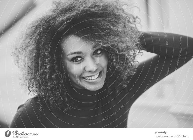 junge afroamerikanische Frau, Model der Mode, lächelnd elegant Stil schön Haare & Frisuren Gesicht Mensch feminin Junge Frau Jugendliche Erwachsene Kopf 1