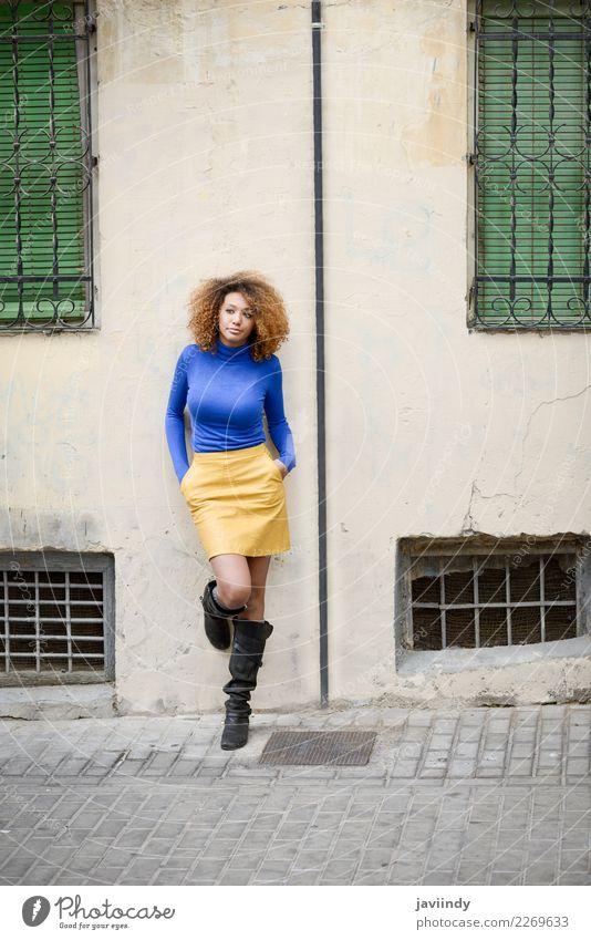 Afroamerikanerin in der Stadt. Afro-Frisur. Lifestyle elegant Stil schön Haare & Frisuren Gesicht Mensch feminin Junge Frau Jugendliche Erwachsene 1 18-30 Jahre