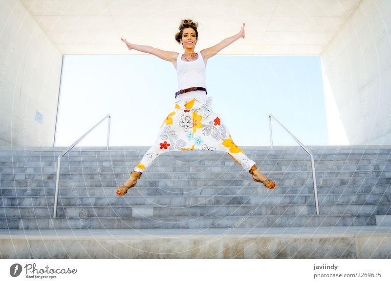 Junge lustige Frau, die in städtische Jobstepps springt Lifestyle Stil Leben Mensch feminin Junge Frau Jugendliche Erwachsene 1 18-30 Jahre Mode Bekleidung Hose