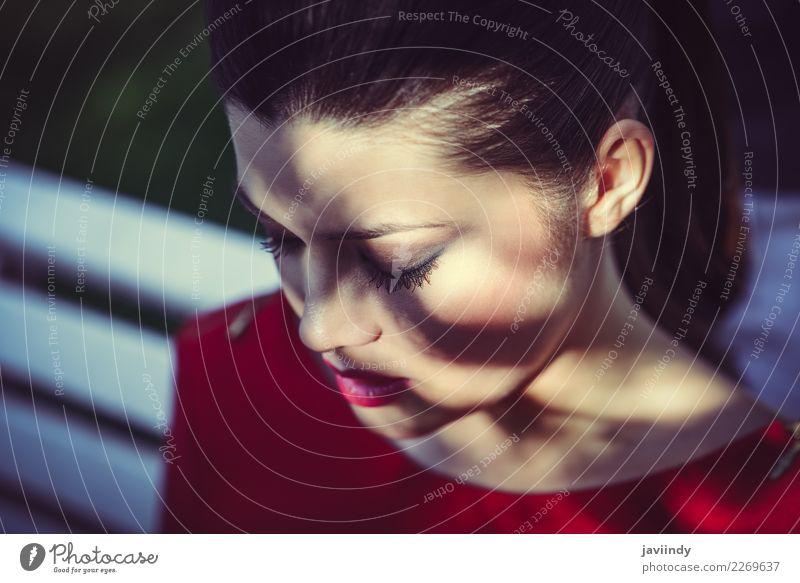 Japanische junge Frau zwischen Licht und Schatten schön Gesicht Mensch feminin Junge Frau Jugendliche Erwachsene 1 18-30 Jahre niedlich Gefühle Traurigkeit