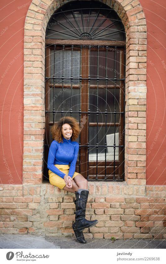 Schöne afroamerikanische Frau, die mit Afro-Frisur lächelt. Lifestyle elegant Stil schön Haare & Frisuren Gesicht Mensch feminin Junge Frau Jugendliche