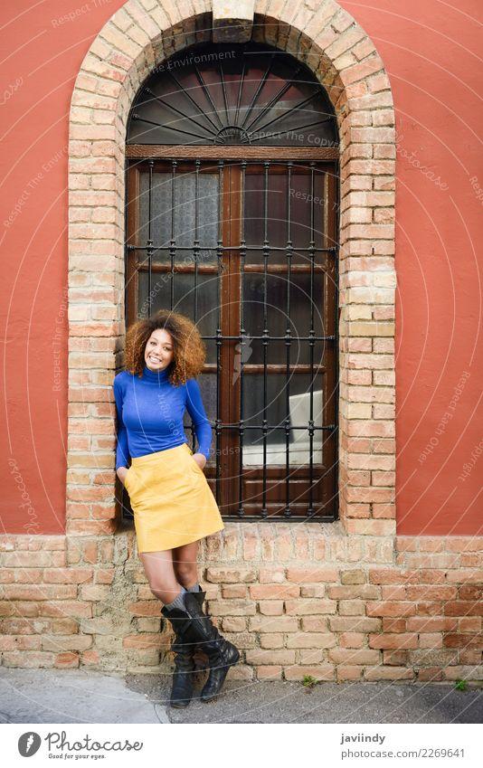 Lächelnde schwarze Frau, Afro-Frisur, gegen die Stadtmauer. Lifestyle elegant Stil schön Haare & Frisuren Mensch feminin Junge Frau Jugendliche Erwachsene 1
