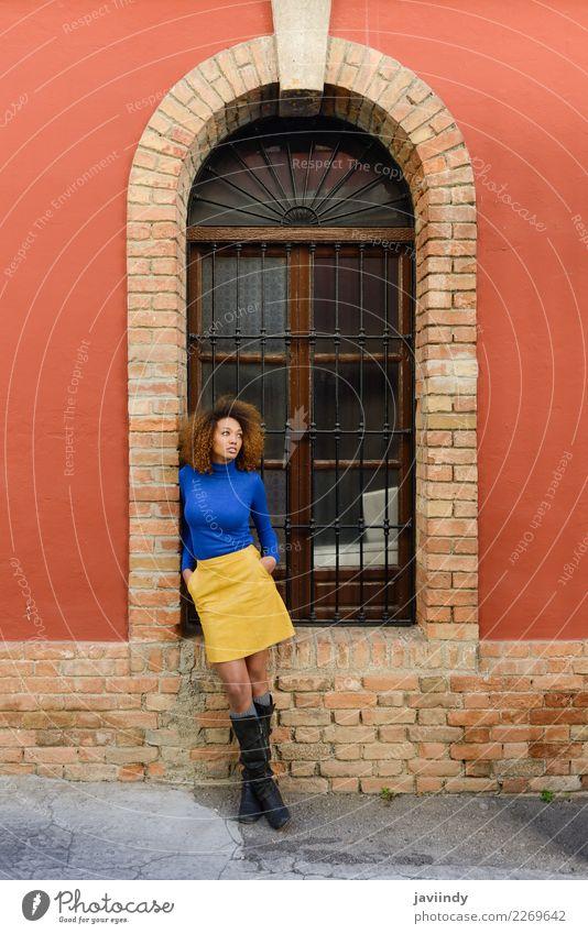 Schöne schwarze Frau, Afro-Frisur in der Stadtmauer. Lifestyle elegant Stil schön Haare & Frisuren Gesicht Mensch feminin Junge Frau Jugendliche Erwachsene 1