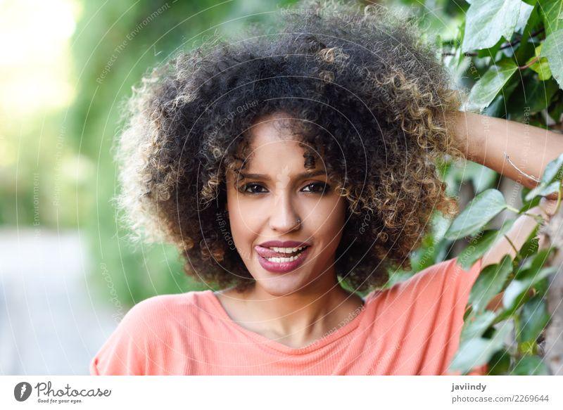Schwarze Frau mit Zunge in einem Stadtpark Lifestyle Stil Freude Glück schön Haare & Frisuren Gesicht Mensch feminin Junge Frau Jugendliche Erwachsene 1