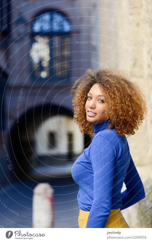Frau Mensch Jugendliche Junge Frau schön grün 18-30 Jahre schwarz Gesicht Straße Erwachsene Lifestyle Herbst feminin Stil Haare & Frisuren
