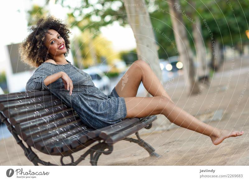Junge schwarze Frau mit Afro-Frisur, die auf einer Bank sitzt. Lifestyle Stil schön Haare & Frisuren Gesicht Mensch feminin Junge Frau Jugendliche Erwachsene 1