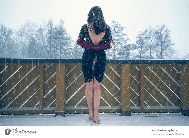 Sexy Frau im schwarzen Kleid unter Schneefällen elegant Silvester u. Neujahr Junge Frau Jugendliche Natur Schneefall Damenschuhe Denken Traurigkeit Einsamkeit