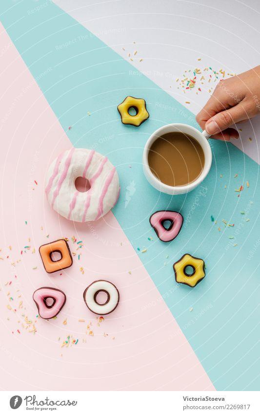 Kaffee, bunte Kekse, Donut und Streusel flach legen Frau Farbe Freude Essen Erwachsene Lifestyle Stil Business Lebensmittel Mode Feste & Feiern rosa oben Design