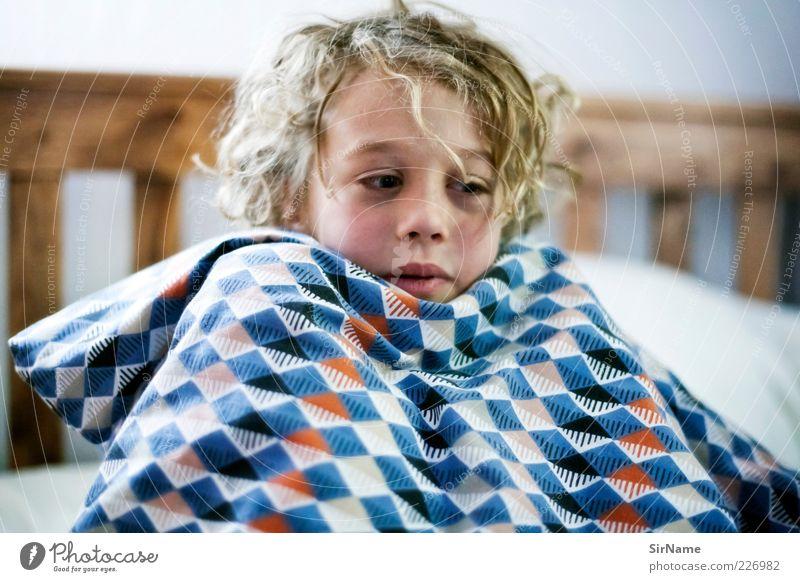 151 [Versteckspiele] Kind Jugendliche Freude Erholung Leben Spielen Junge Glück Kindheit blond Freizeit & Hobby Fröhlichkeit lernen Sicherheit Bett Lebensfreude