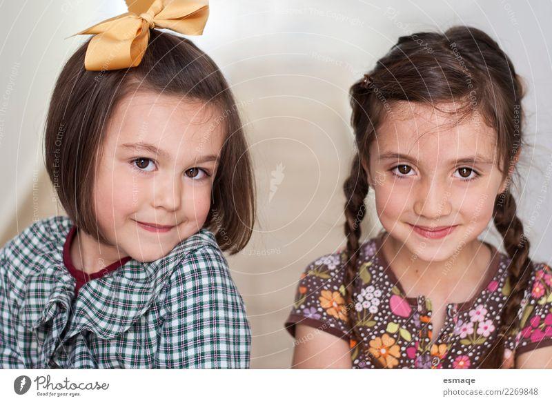 Junge Schwester Lifestyle Mensch Freundschaft Kindheit 2 3-8 Jahre Bekleidung Haare & Frisuren beobachten Denken Lächeln lachen authentisch einfach