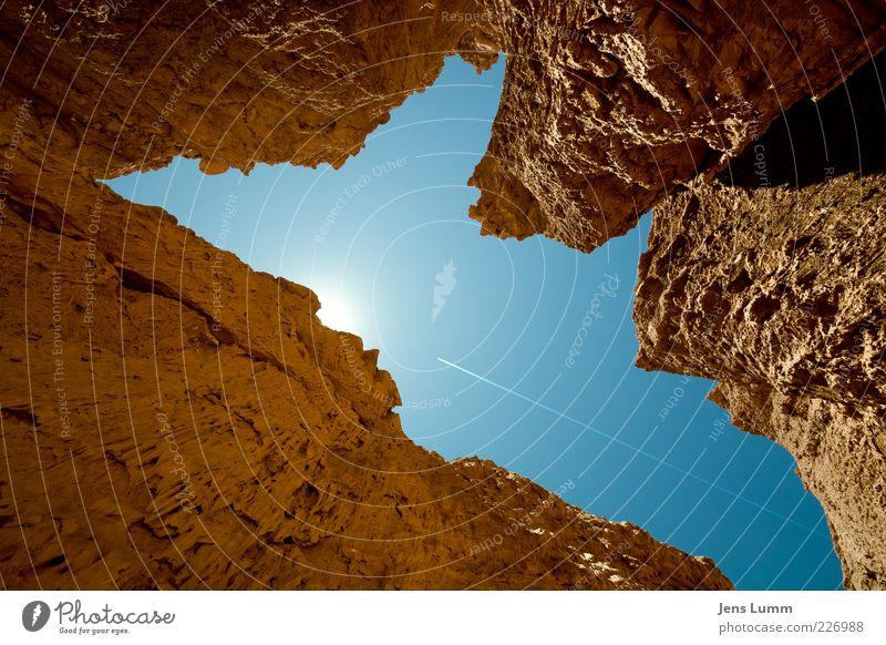 Sunshine Himmel blau Sommer Einsamkeit braun Flugzeug Hoffnung außergewöhnlich Schönes Wetter verloren eckig Wolkenloser Himmel Kondensstreifen Felswand himmelwärts