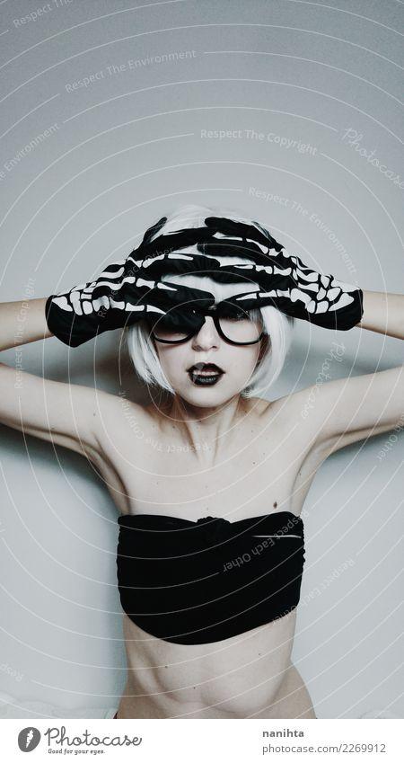 Junge Frau mit Knochenhandschuhen Stil Design exotisch Körper Haare & Frisuren Feste & Feiern Karneval Halloween Mensch feminin Jugendliche 1 18-30 Jahre