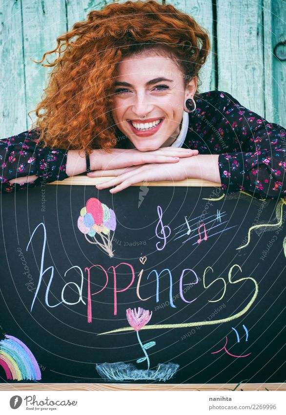 Junge glückliche Rothaarigefrau mit einer Tafel Lifestyle Stil Freude schön Haare & Frisuren Haut Gesicht Mensch feminin Junge Frau Jugendliche 1 18-30 Jahre