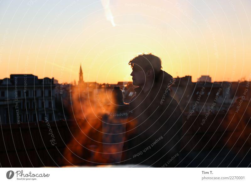 Sunset Mensch maskulin Junger Mann Jugendliche 1 18-30 Jahre Erwachsene Berlin Prenzlauer Berg Stadt Hauptstadt Stadtzentrum Altstadt Skyline Dach Farbfoto