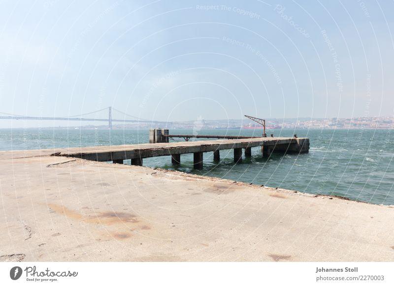 Blick vom Hafen von Cacilhas über den Fluss Tejo auf die Altstadt von Lissabon. Wasser Himmel Sommer Flussufer Hauptstadt Stadtrand Bauwerk Wahrzeichen Brücke