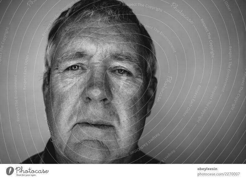 Nahaufnahme Gesicht Porträt älter Mensch Mann alt weiß Hand Einsamkeit schwarz Erwachsene Traurigkeit natürlich grau Denken Angst Mitte reif