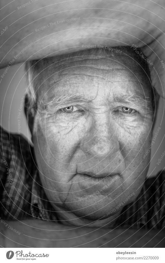Close up Gesichtsporträt Älterer deprimierter Mann Mensch Erwachsene Großvater Hand alt Denken Traurigkeit natürlich grau schwarz weiß Einsamkeit Angst Mitte