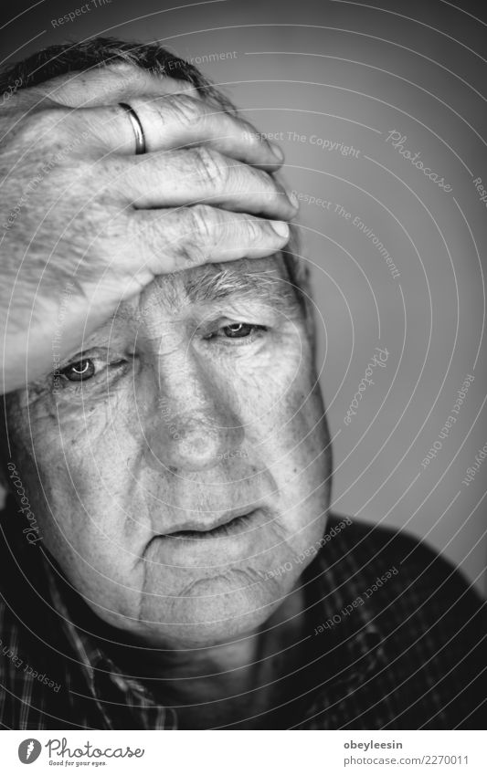 Close up Gesichtsporträt Älterer deprimierter Mann Mensch alt weiß Hand Einsamkeit schwarz Erwachsene Traurigkeit natürlich grau Denken Angst Mitte reif